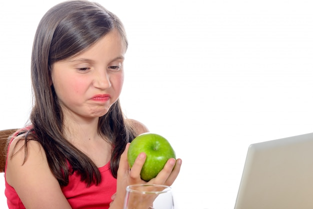 Een klein meisje wil geen appels