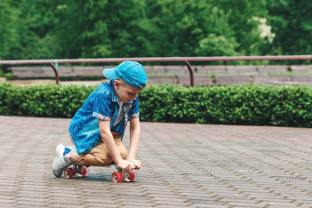 Een klein stadsjongensskateboard. een jonge kerel rijdt in een parkaskateboard