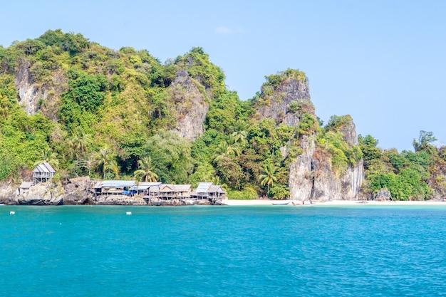 Een klein vissersdorpje op het eiland langka jew het is gelegen in de golf van thai, chumphon province, thailand
