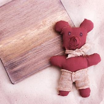 Een kleine beer genaaid met de hand door een kind