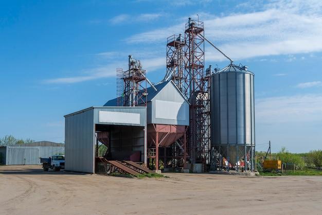 Een kleine fabriek voor de verwerking van graan.