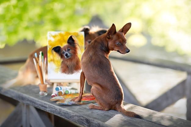 Een kleine hond met verf