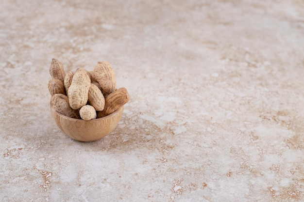 Een kleine houten kom vol gezonde cashewnoten