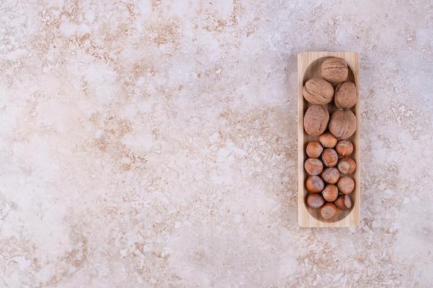 Een kleine houten plank vol gezonde walnoten.