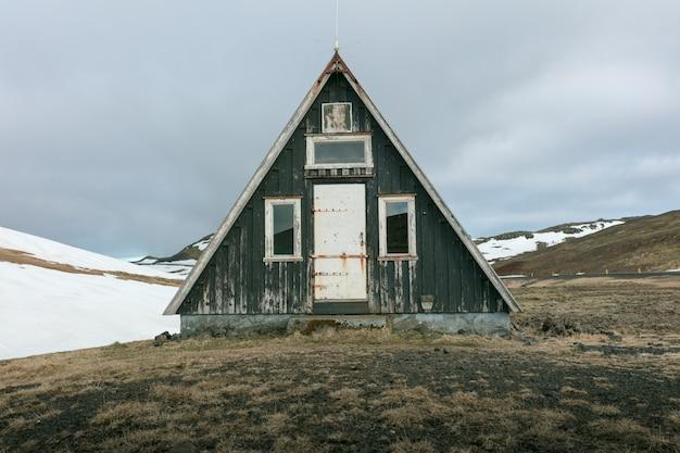 Een kleine hut in een veld
