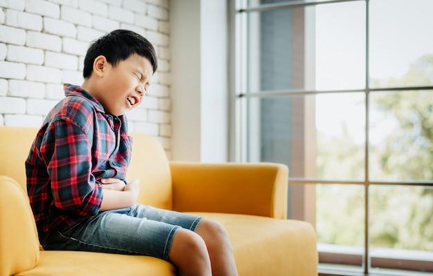 Een kleine jongen heeft buikpijn