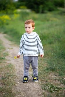 Een kleine jongen met de emotie van wrok en frustratie buitenshuis.