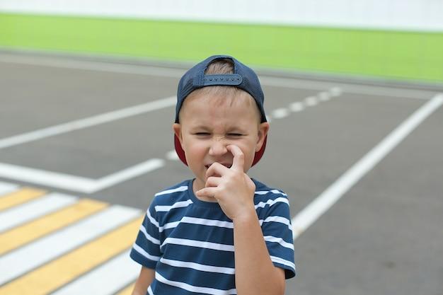 Een kleine jongen steekt alleen de weg over bij een voetgangersoversteekplaats