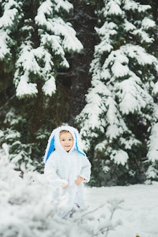Een kleine jongen verkleed als konijn ontmoet nieuwjaar