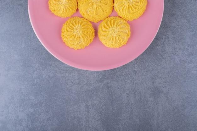 Een kleine portie koekje op een bord