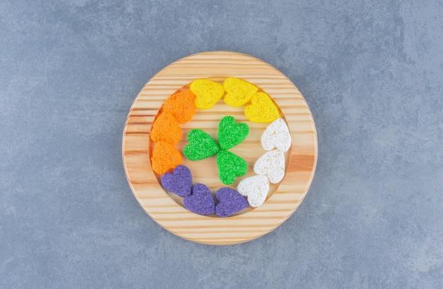 Een kleine portie koekjes op het marmeren oppervlak