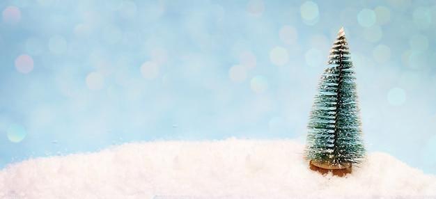Een kleine speelgoedboom in de sneeuw, een banner voor de koptekst van de site