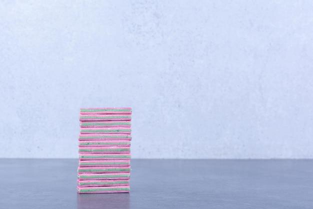 Een kleine stapel kauwgom op een marmeren oppervlak