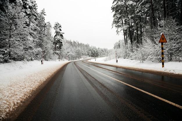 Een kleine weg in het winterseizoen.