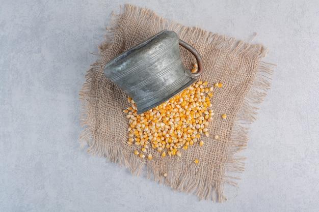 Een kleurrijk assortiment van met snoep bedekte popcornporties opgestapeld op een grote schaal op marmer.