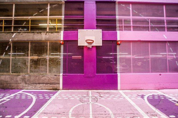 Een kleurrijk modern basketbalveld