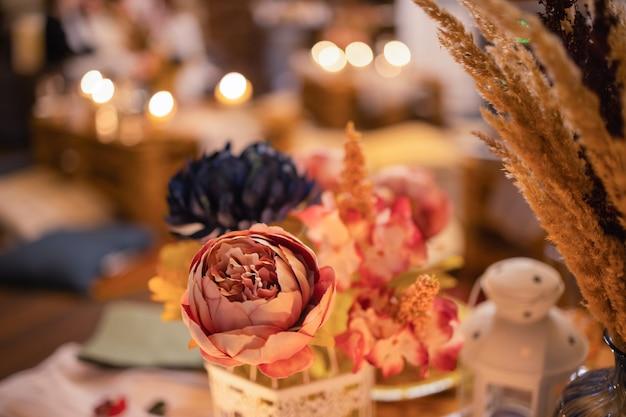 Een kleurrijke close-up van gedroogde bloemen, gedroogde sinaasappels, geurige kruidenbladeren en zaaddozen die als bloemc...