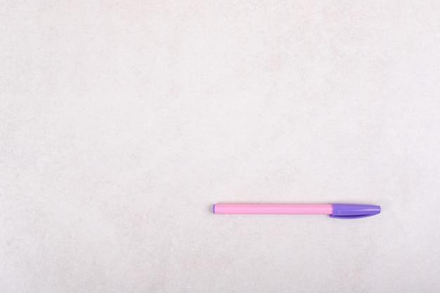 Een kleurrijke markeerstift op witte achtergrond