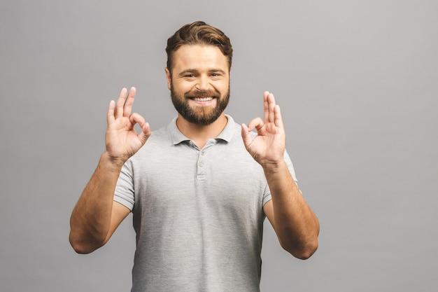 Een knappe man in een casual overhemd