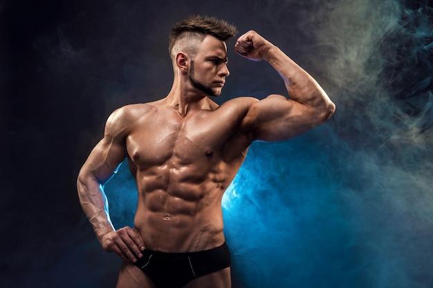 Een knappe seksuele sterke jonge man met gespierd lichaam met touw