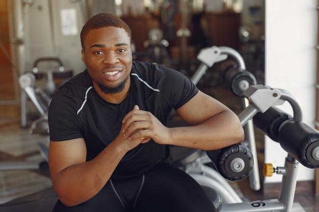 Een knappe zwarte man houdt zich bezig met een sportschool