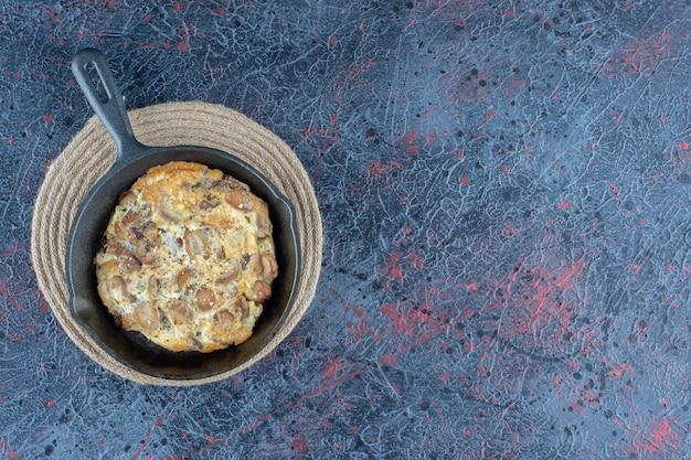 Een koekenpan omelet met groenten