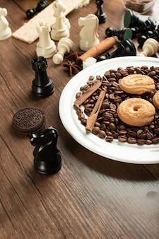 Een koekjesplateau met schaakfiguren eromheen