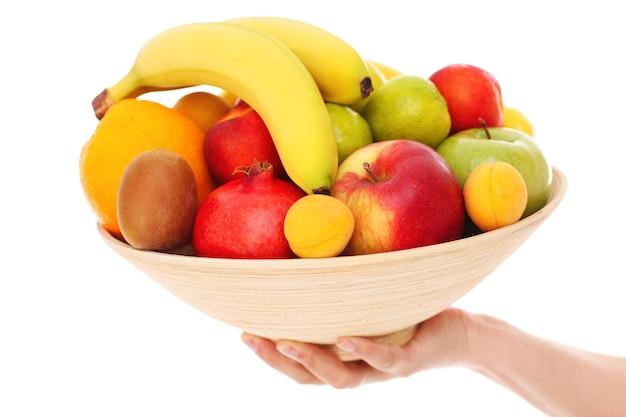 Een kom fruit op een witte achtergrond