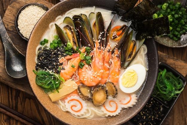 Een kom met japanse zeevruchten ramen