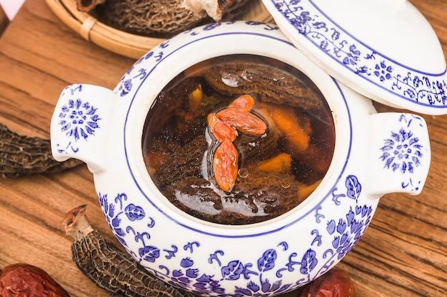 Een kom met morchella en zwarte kippensoep