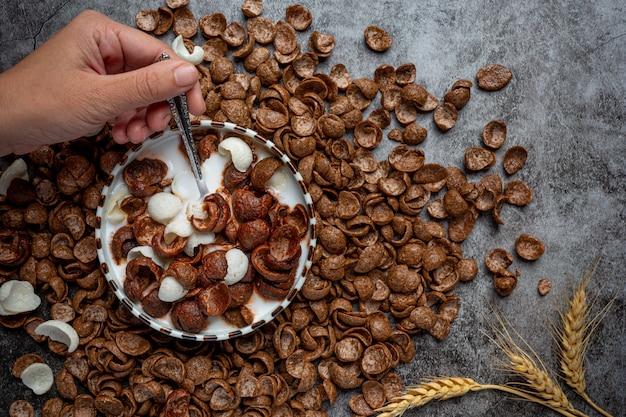 Een kom ontbijtgranen, granen met chocoladesmaak gemengd met melk als ontbijt.