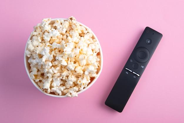 Een kom popcorn, een tv-afstandsbediening