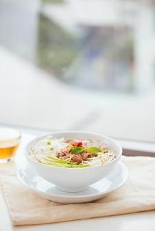 Een kom traditionele vietnamese pho-noodle