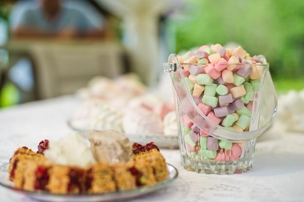 Een kom van marshmallows op de tafel