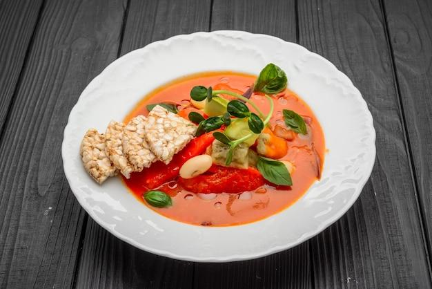 Een kom verse gazpacho, koude tomatensoep.