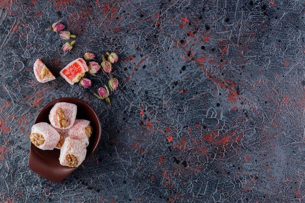 Een kom vol traditionele turkse lekkernijen met rozenbloemen