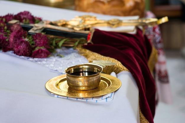Een kom wijn voor de communie op een kerktafel