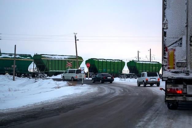 Een konvooi van auto's bij de spoorwegovergang
