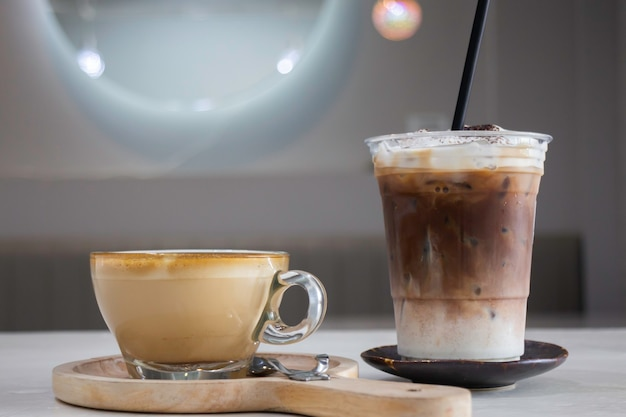 Een kop hete koffie latte met kunst