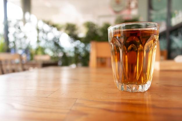 Een kop hete thee op houten bureau