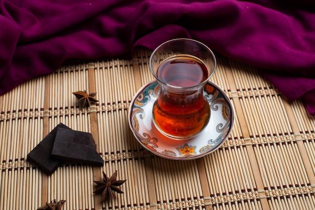 Een kop thee met zwarte donkere chocolade