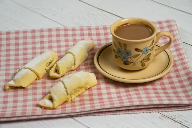 Een kop warme chocolademelk met kaukasische traditionele mutaki gebakjes