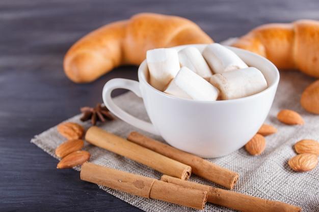 Een kop warme chocolademelk met marshmallow