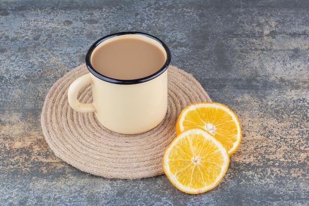 Een kopje aromakoffie met schijfjes sinaasappel. hoge kwaliteit foto