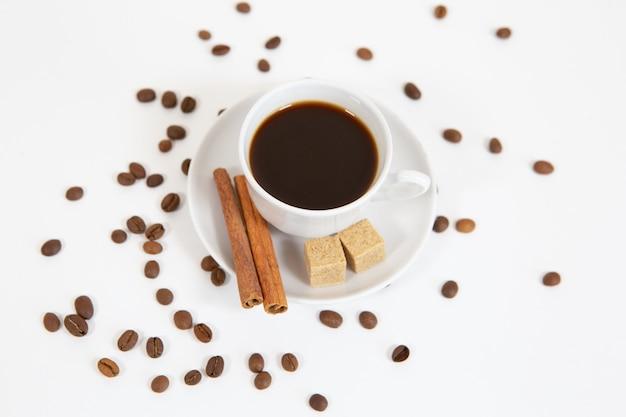 Een kopje aromatische koffie met kaneel en koffiebonen