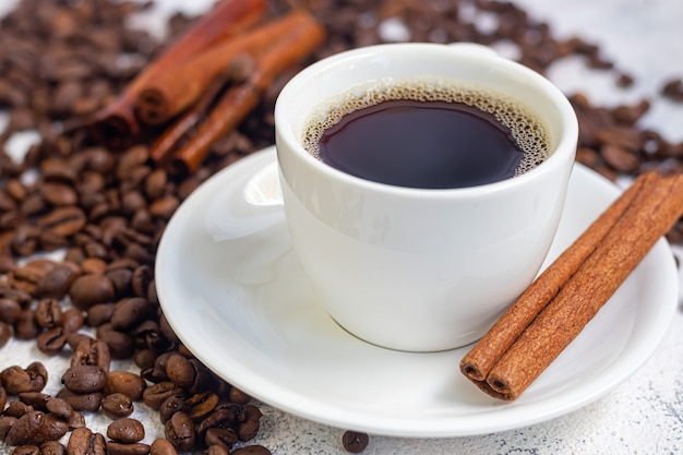 Een kopje aromatische koffie op tafel
