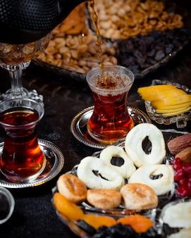 Een kopje aromatische thee en gedroogde vruchten