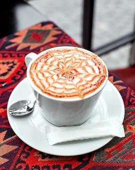 Een kopje cappuccino gegarneerd met karamel