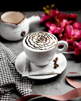 Een kopje cappuccino met chocolade siroop bloem latte-art
