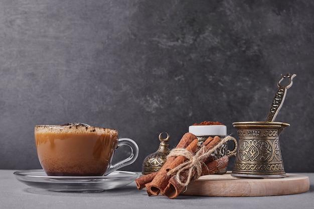 Een kopje cappuccino met kaneel.
